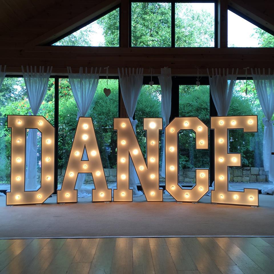 litere luminoase pentru petreceri